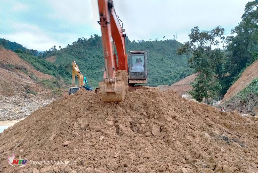 Nhiều máy móc của Sở Giao thông vận tải tỉnh Thừa Thiên-Huế được huy động phục vụ đắp đập, nắn dòng