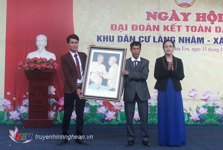 Phó Chủ tịch UB MTTQ tỉnh trao tặng làng Nhâm bức tranh Bác Hồ.