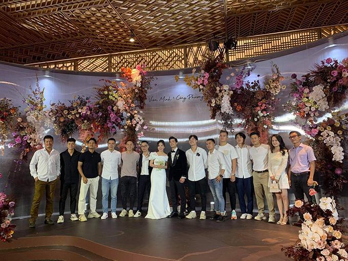 Dàn cầu thủ đội tuyển Việt Nam chụp ảnh cùng cô dâu, chú rể.