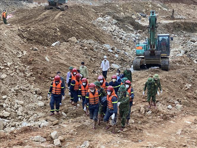 Lực lượng chức năng đưa thi thể nạn nhân ra khỏi hiện trường.