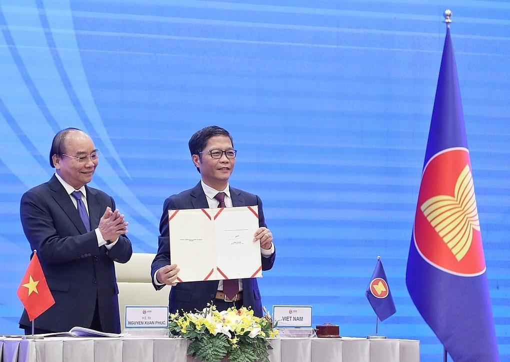 Thủ tướng Nguyễn Xuân Phúc và Bộ trưởng Công thương Trần Tuấn Anh tại lễ ký kết.