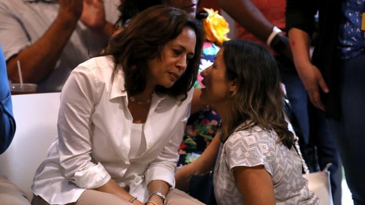 Ứng cử viên Phó tổng thống Kamala Harris trao đổi với trợ lý Julie Chavez Rodriguez ngày 10/8/2019 ở Des Moines, Iowa.
