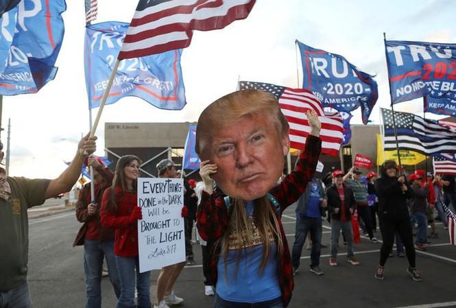 Người ủng hộ ông Trump biểu tình yêu cầu kiểm phiếu minh bạch ở Phoenix (bang Arizona). Ảnh: Reuters