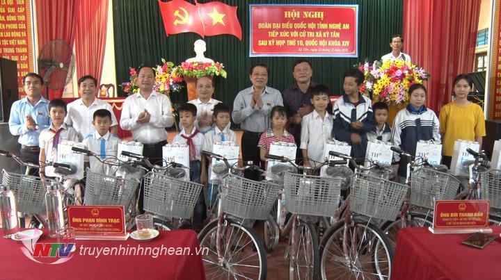 Bí thư Trung ương Đảng, Trưởng ban Nội chính Trung ương Phan Đình Trạc trao tặng xe đạp cho học sinh nghèo