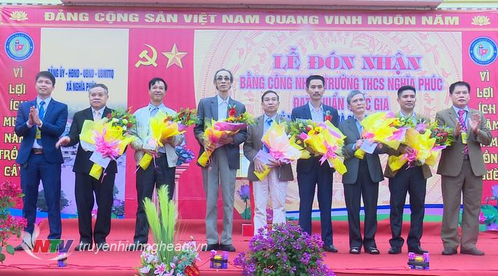 lãnh đạo xã Nghĩa Phúc và Ban giám hiệu trường THCS xã Nghĩa Phúc đã tặng hoa và quà các nhà giáo là cán bộ quản lý của nhà trường qua các thời kỳ.