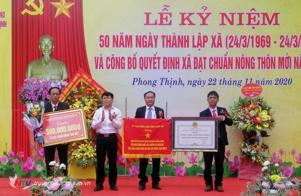 Xã Phong Thịnh đón nhận Bằng công nhận xã đạt chuẩn NTM.