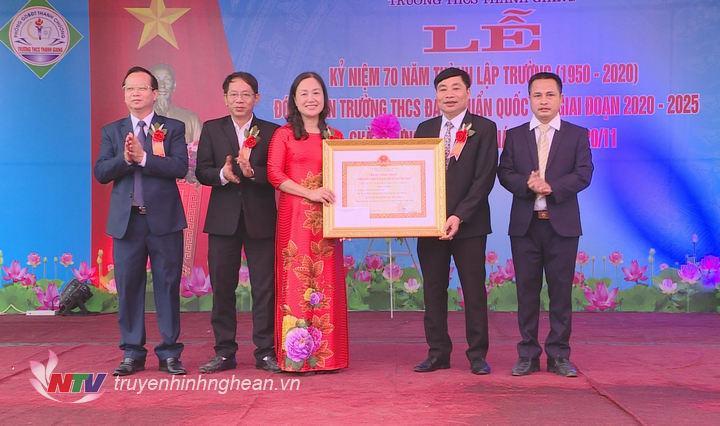 Trường THCS Thanh Giang đón nhận Bằng công nhận Trường đạt chuẩn Quốc gia giai đoạn 2020 - 2025.
