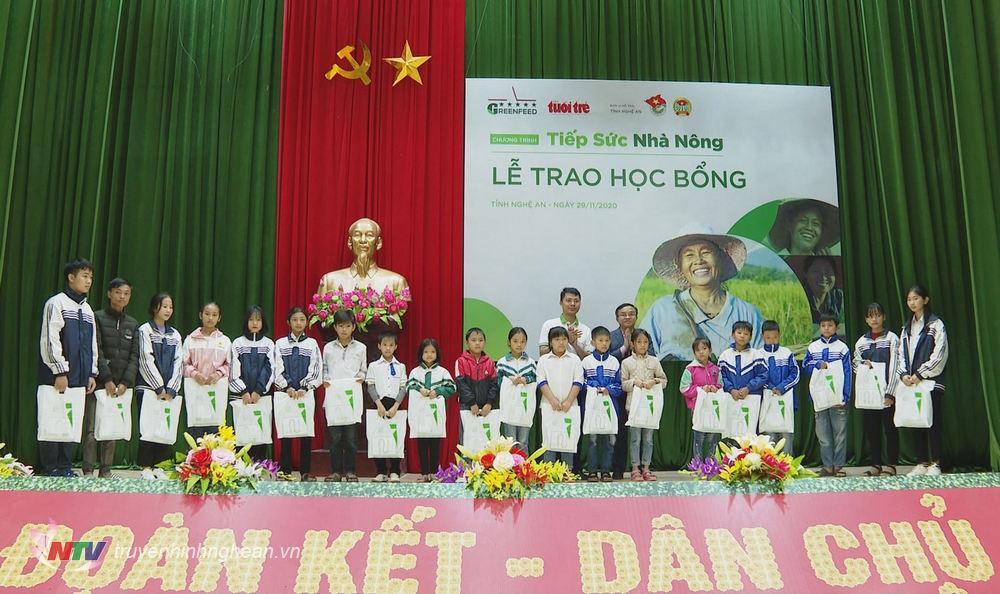 Trưởng ban Dân vận Tỉnh ủy Kim Ngọc Nam trao thưởng cho học sinh, sinh viên có thành tích học tập xuất sắc.