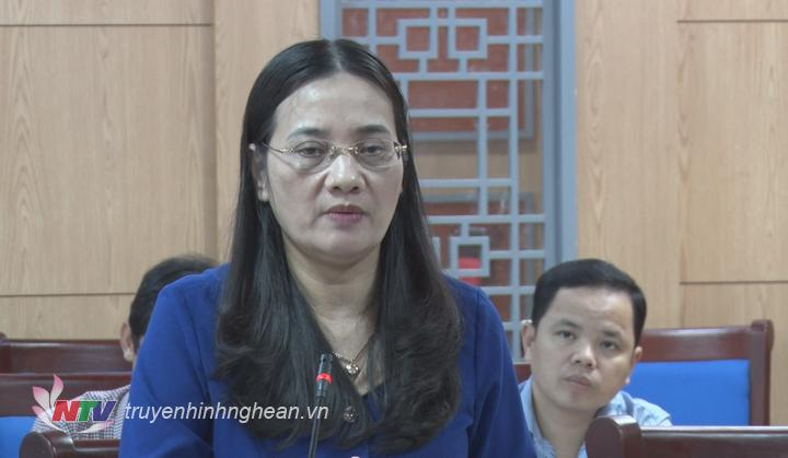 Phó Chủ tịch Thường trực HDDND tỉnh Cao Thị Hiền phát biểu tại cuộc họp.