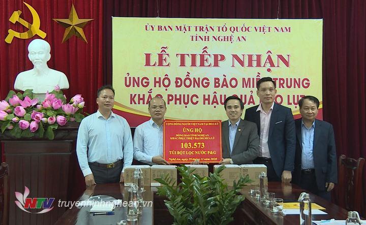 Đoàn công tác của Bộ Ngoại giao trao tặng gần 104 nghìn túi lọc nước khử khuẩn cho tỉnh Nghệ An.