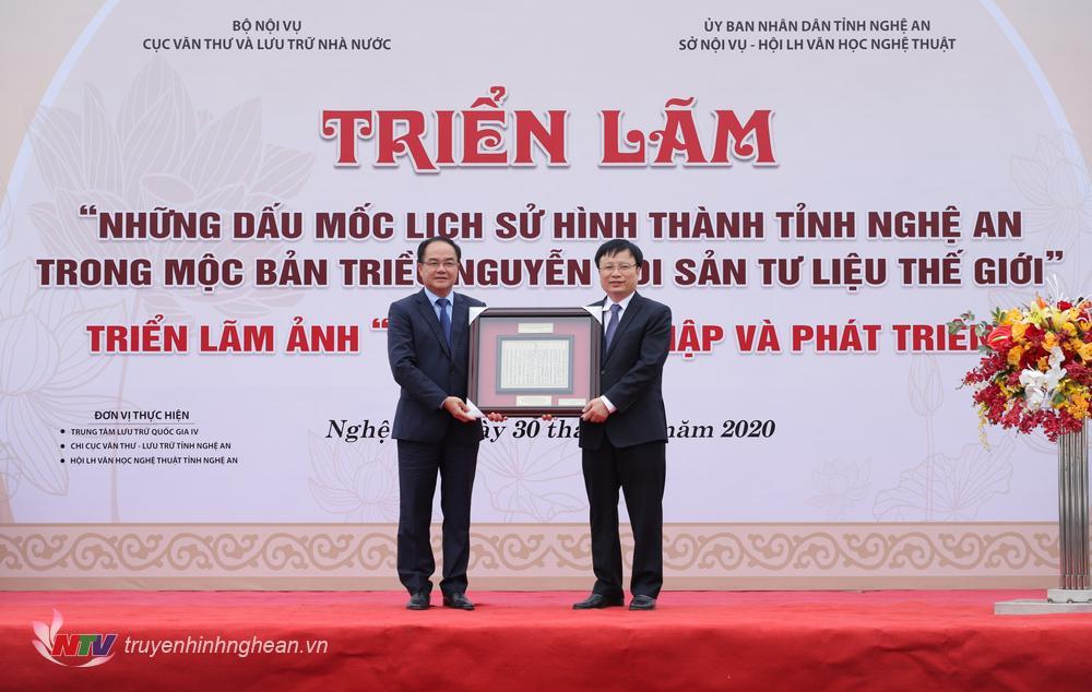 Thứ trưởng Bộ Nội vụ trao Mộc bản triều Nguyễn cho tỉnh Nghệ An.