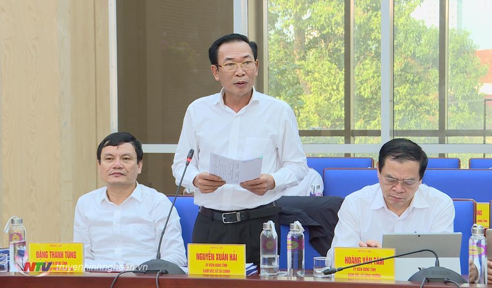 Giám đốc Sở Tài chính Nguyễn Xuân Hải báo cáo các tờ trình dự thảo.