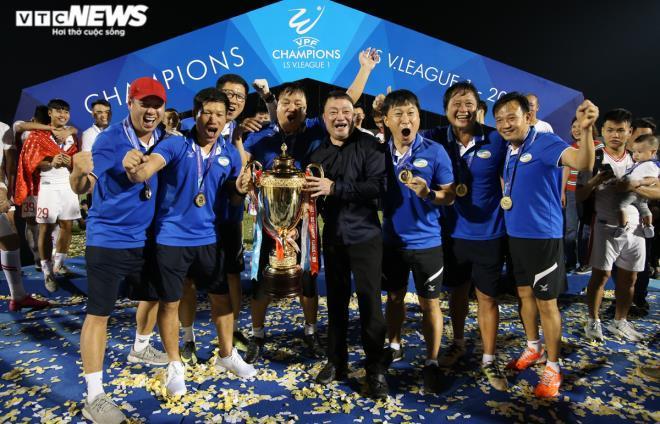 HLV Việt Hoàng (giữa) thay đổi tư duy chơi bóng của Viettel.