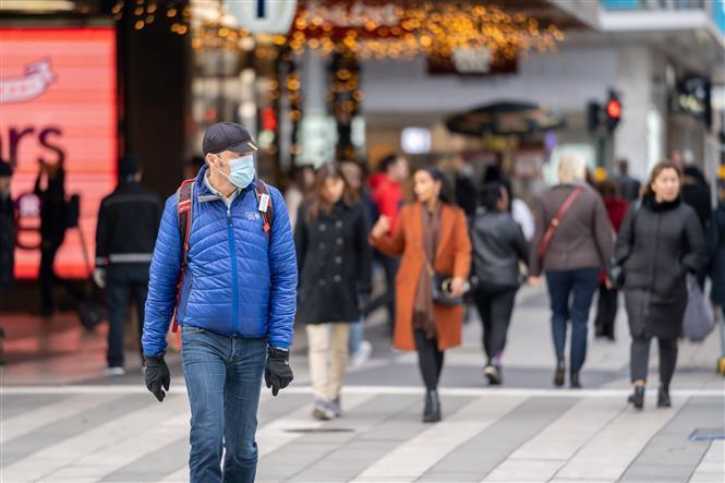 Người dân đeo khẩu trang phòng lây nhiễm COVID-19 tại Stockholm, Thụy Điển, ngày 3/11/2020.