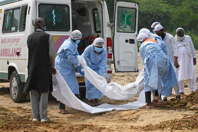 Chuyển thi thể bệnh nhân tử vong vì COVID-19 tại New Delhi, Ấn Độ.