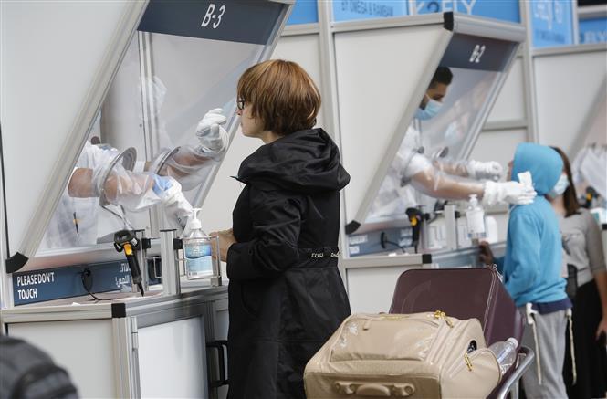Nhân viên y tế lấy mẫu dịch xét nghiệm COVID-19 cho hành khách tại sân bay quốc tế Ben Gurion, gần Tel Aviv, Israel, ngày 15/11/2020.