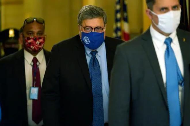 Ông William Barr (giữa) rời Tòa nhà quốc hội Mỹ hôm thứ Hai (9/11). (Ảnh:AP)