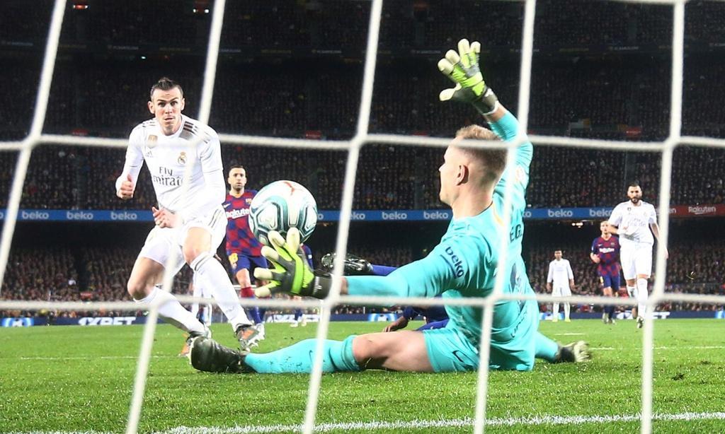 Ở trong sân, trận Siêu Kinh điển kết thúc nhạt nhoà với tỷ số 0-0. Gareth Bale đã đưa được bóng vào lưới cho Real nhưng bàn thắng không được công nhận. Đây là lần đầu tiên sau 17 năm, trải qua 47 trận đấu, El Clasico kết thúc mà không có bàn thắng nào được ghi. Trong lần gần nhất cặp đấu này có kết quả tương tự vào năm 2002, các fan Barcelona ném về phía Luis Figo một chiếc thủ lợn.