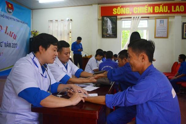 Khám, tư vấn sức khỏe cho các học viên cai nghiện tại Trung tâm GD-LĐXH Phúc Sơn, huyện Anh Sơn. (Tư liệu)