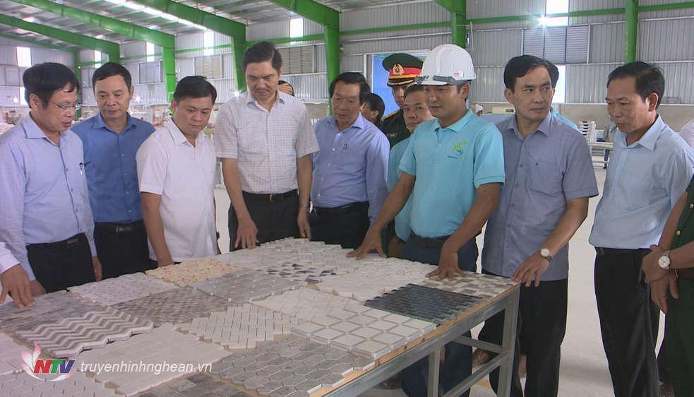 Chủ tịch UBND tỉnh Thái Thanh Quý thăm Nhà máy sản xuất đá Viet Home Stone đóng tại Khu Công nghiệp nhỏ Nghĩa Long.