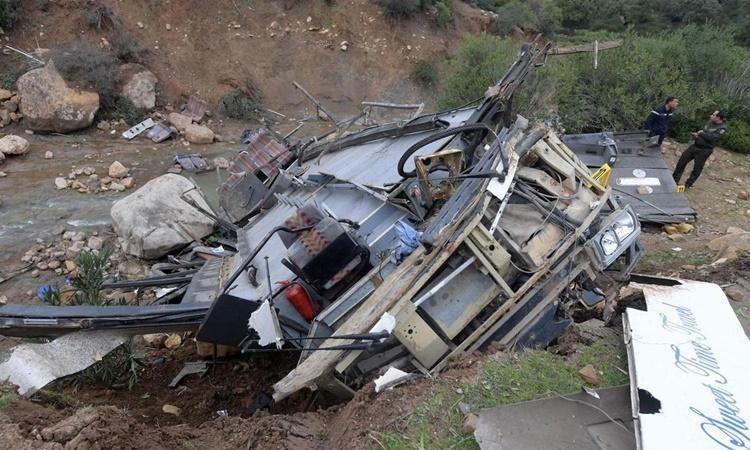 Chiếc xe buýt bị lật và biến dạng tại hiện trường vụ tai nạn.