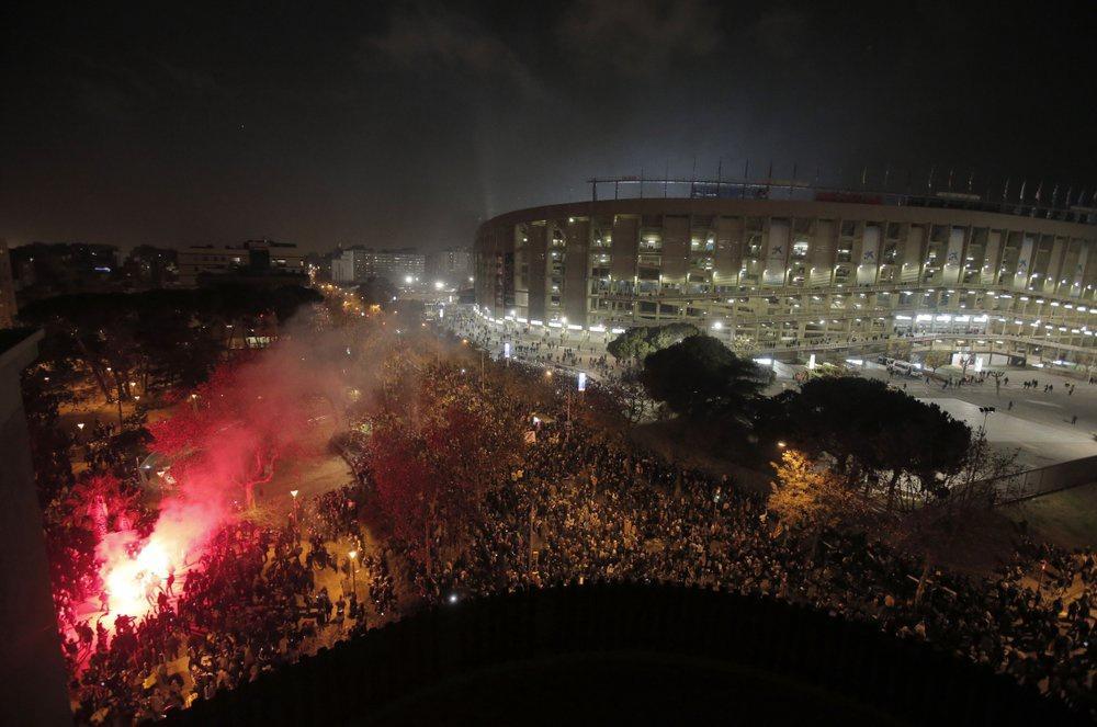 Không mất nhiều thời gian để lửa và khói bốc lên, đầu tiên là màn đốt pháo sáng của những người biểu tình tập trung bên ngoài sân vận động Camp Nou, ngay trước khi trận đấu chuẩn bị bắt đầu. Đã có những đụng độ giữa người biểu tình và fan hâm mộ đội bóng, khiến cảnh sát phải can thiệp và bắt giữ 1 người.