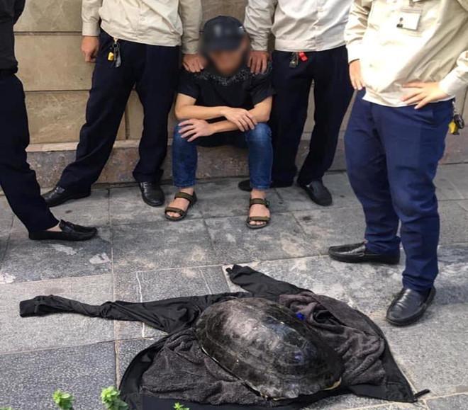 Anh Hanh cùng cá thể rùa bị lực lượng bảo vệ hồ Hoàn Kiếm giữ lại