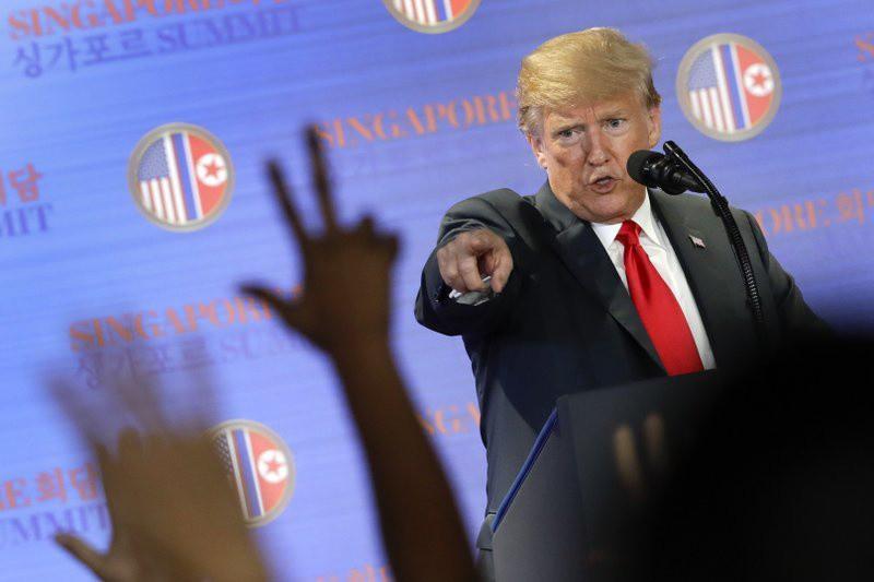 Tổng thống Trump trong cuộc họp báo tại Singapore ngày 12/6. Ảnh:  AP