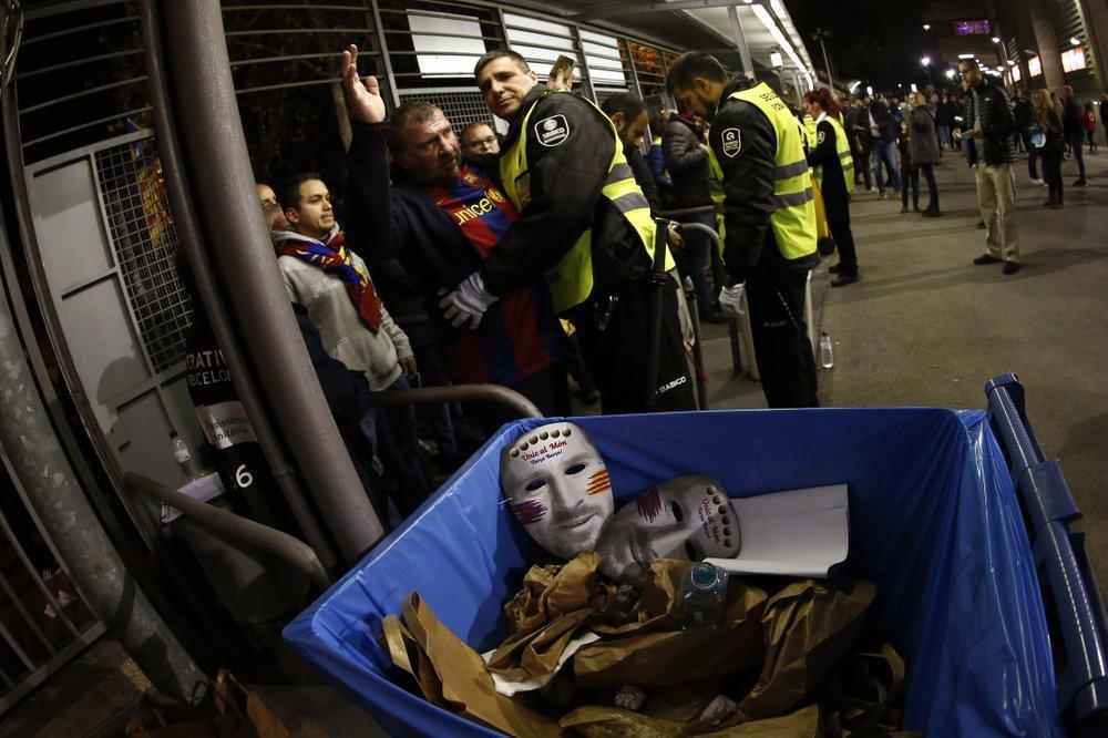 """Bên trong sân, lực lượng an ninh cũng kiểm tra kỹ càng tư trang của người hâm mộ đến xem trận đấu hấp dẫn nhất của bóng đá Tây Ban Nha.  Những đồ vật """"có nguy cơ"""" như mặt nạ hay chai nước hoặc vật có thể ném đều bị buộc phải bỏ lại."""