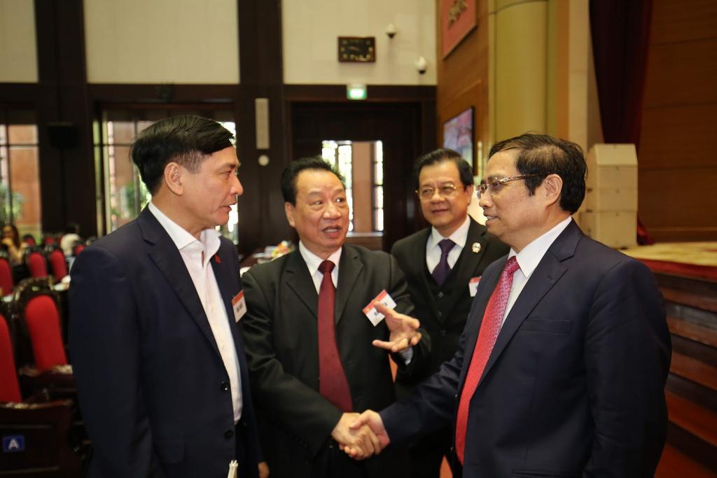 Trưởng ban Tổ chức Trung ương Phạm Minh Chính (phải) và các đại biểu dự hội nghị sáng 25/12.