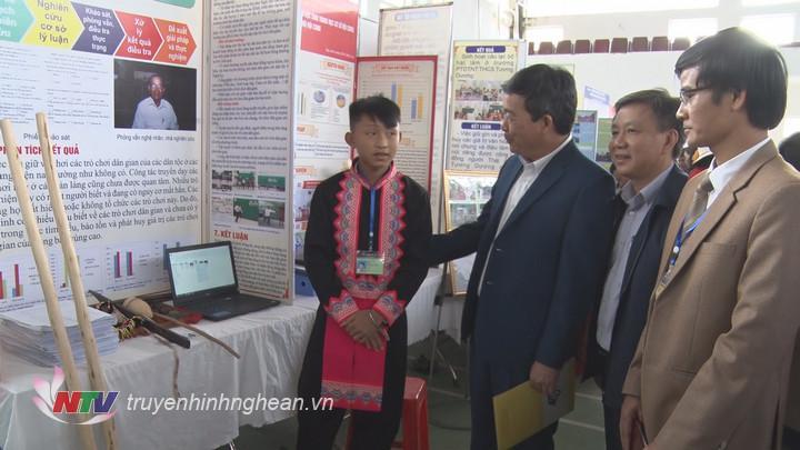 Ban tổ chức cuộc thi trao đổi về dự án với học sinh Trường PTDTBT tiểu học và THCS Nậm Càn - Kỳ Sơn.