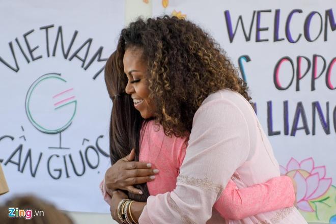 Bà Obama chia sẻ những khó khăn của các cựu nữ sinh trưởng thành từ chương trình hỗ trợ giáo dục Room to Read.