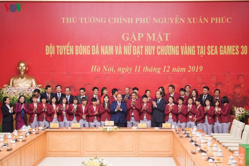  Thủ tướng Nguyễn Xuân Phúc gặp gỡ 2 đội tuyển bóng đá vô địch SEA Games 30 trước vì 13/12 tới đây, tuyển nam Việt Nam phải đi tập huấn ở nước ngoài. Ảnh: Zing  