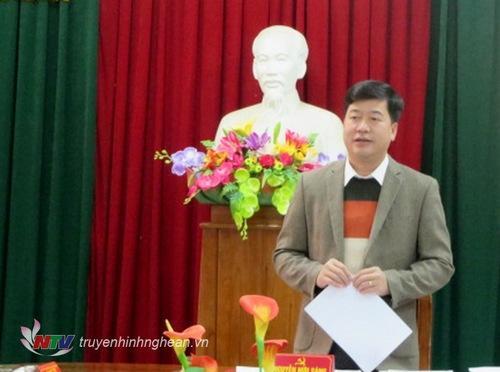 . Lãnh đạo huyện uỷ Anh Sơn báo cáo kiểm điểm cá nhân tại hội nghị.