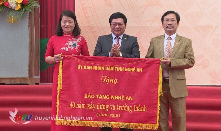 Giám đốc Sở Văn hóa - Thể thao Hồ Mậu Thanh trao tặng bức trướng của UBND tỉnh nhân kịp kỷ niệm 40 năm thành lập Bảo tàng Nghệ An.