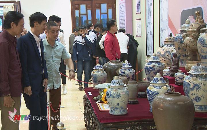 Đông đảo người dân đến tham quan, tìm hiểu về gốm sứ truyền thống.