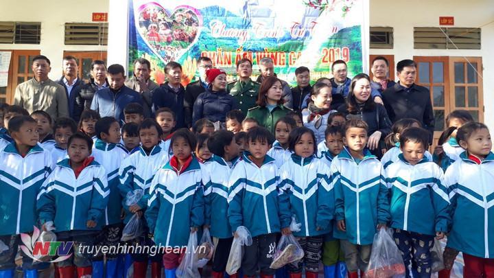Tặng áo ấm cho học sinh các trường