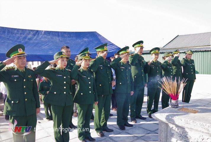 Cán bộ chiến sỹ BĐBP tỉnh Nghệ An tưởng niệm trước phần mộ Anh hùng LLVTND Trần Văn Trí.