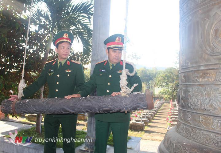 Trung tướng Phùng Sỹ Tấn- phó tổng tham mưu trưởng Quân đội nhân dân Việt Nam thỉnh chuông tại nghĩa trang