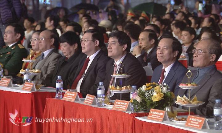 Các đại biểu dự lễ khai mạc.