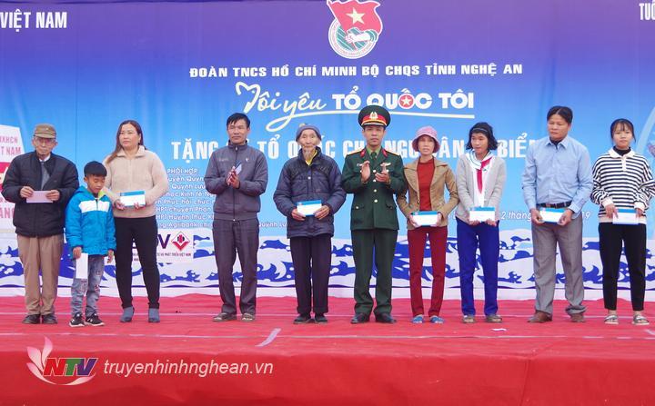 Lãnh đạo Bộ CHQS tỉnh trao qua cho các hộ dân có hoàn cảnh đặc biệt khó khăn.