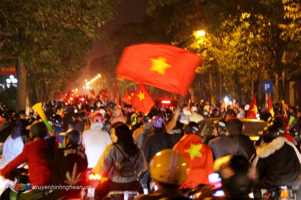Cờ đỏ sao vàng tung bay trên các con phố.