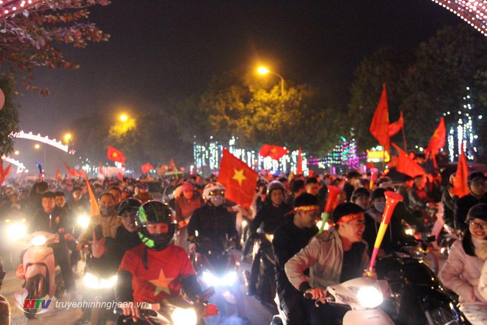 Chiến thắng của U22 Việt Nam khiến nhiều người tạm thời bỏ qua những lo toan cuộc sống hàng ngày để hòa mình vào niềm vui chung của cả đất nước.