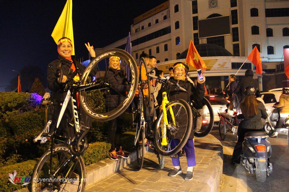 Các thành viên trong câu lạc bộ xe đạp ăn mừng cùng những người bạn đồng hành