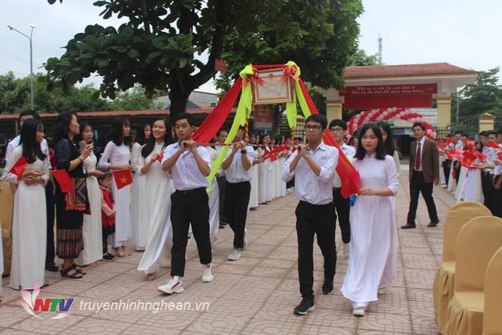 Lễ rước bằng công nhận trường chuẩn Quốc gia ở Con Cuông.