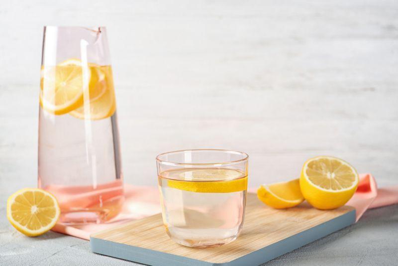 Nước: Việc cung cấp đủ nước cho cơ thể là rất quan trọng để có thể đẩy virus ra khỏi cơ thể. Ngoài nước lọc, bạn có thể uống trà xanh hoặc trà đen, trà gừng, hoặc các dung dịch chứa các chất điện giải