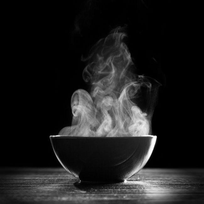 Xông hơi: Hơi nóng từ việc xông hơi giúp cơ thể đào thải các độc tố, nhờ đó điều trị cơn cảm cúm. Bạn có thể tắm vòi sen nóng; hoặc đổ nước nóng vào một cái nồi hoặc chậu to, cúi mặt sát nước và trùm chăn qua đầu để giữ không cho hơi nước thoát ra ngoài.