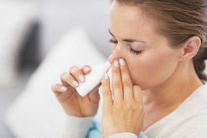 Xịt nước muối: Xịt nước muối là một cách hiệu quả để làm dịu các triệu chứng cảm cúm. Nước muối làm giảm dịch nhầy ở mũi và họng, giúp bạn cảm thấy dễ thở hơn. Nước muối còn giúp loại bỏ vi khuẩn ở khoang mũi.