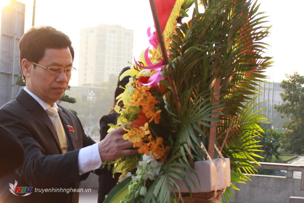 Chủ tịch HĐND tỉnh Nguyễn Xuân Sơn dâng hoa lên anh linh Chủ tịch Hồ Chí Minh tại quảng trường mang tên Người.