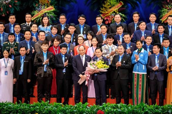 Thủ tướng Nguyễn Xuân Phúc tặng hoa chúc mừng Ủy ban Trung ương Hội Liên hiệp thanh niên Việt Nam khóa VIII